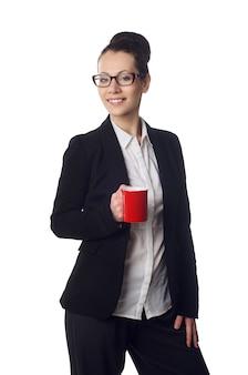 Jeune femme tenant une tasse de café blanche