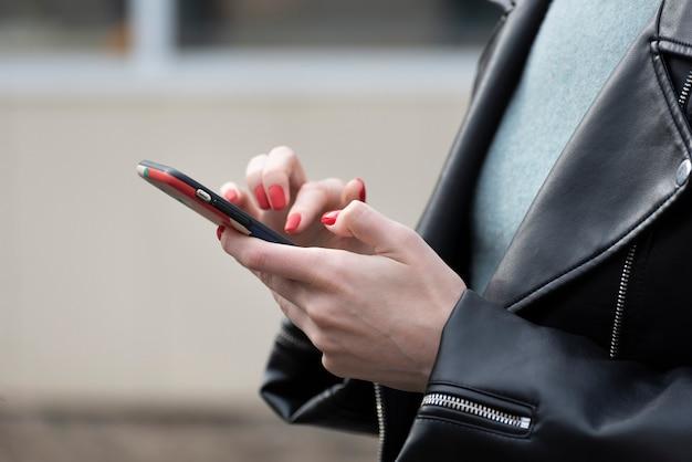Jeune Femme Tenant Un Téléphone Mobile. Femme D'affaires Avec Smartphone En Main Photo Premium