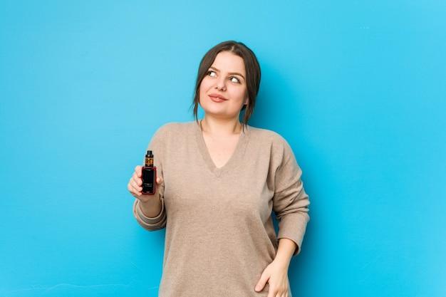 Jeune femme tenant un vaporisateur rêvant d'atteindre les buts et objectifs