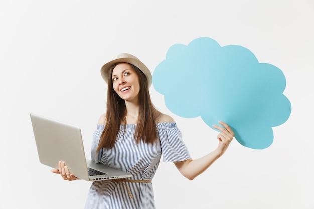 Jeune femme tenant vide vide dites nuage, bulle de dialogue travaillant sur ordinateur portable moderne isolé sur fond blanc. affaires de personnes, style de vie, concept de magasinage en ligne. bureau mobile. publicité