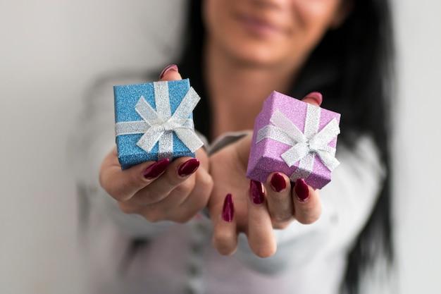 Jeune femme tenir boîte cadeau. fille heureuse souriante. modèle féminin.