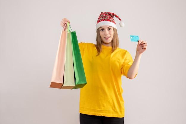 Jeune femme, tenue, achats, paquets, et, carte bancaire, blanc