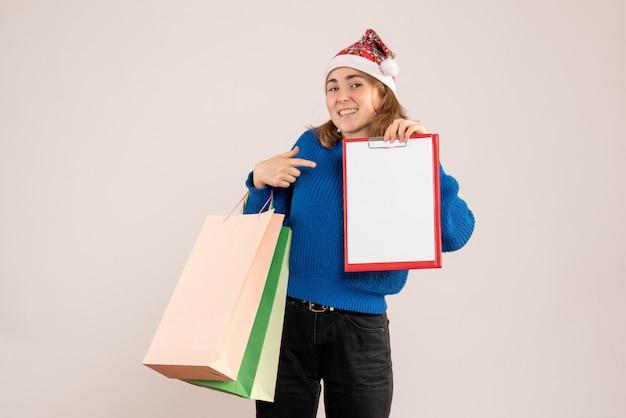 Jeune femme, tenue, achats, paquets, et, note, blanc