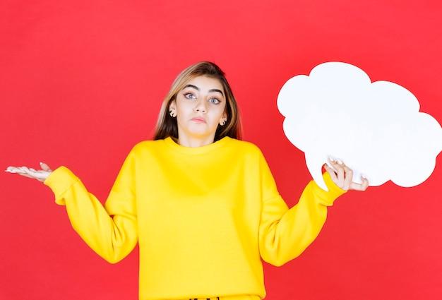 Jeune femme, tenue, a, bulle discours, sur, rouge