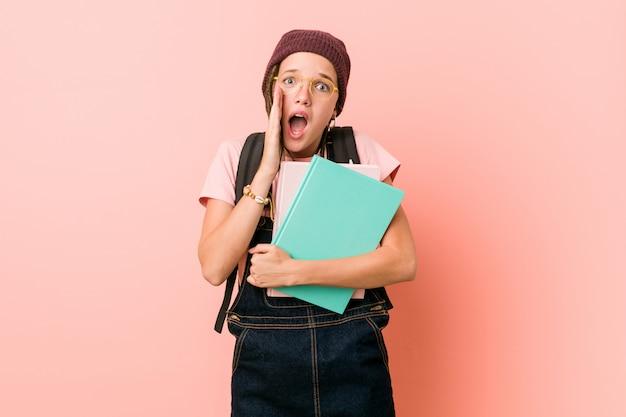 Jeune, femme, tenue, cahiers, cri, excité, devant