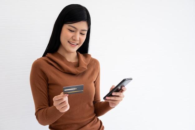 Jeune femme, tenue, carte crédit, et, smartphone