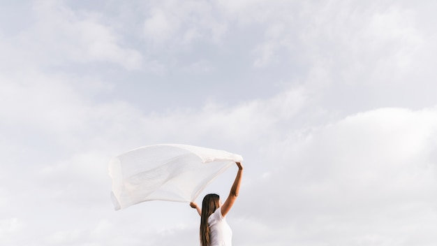 Jeune femme, tenue, écharpe, vent, contre, ciel
