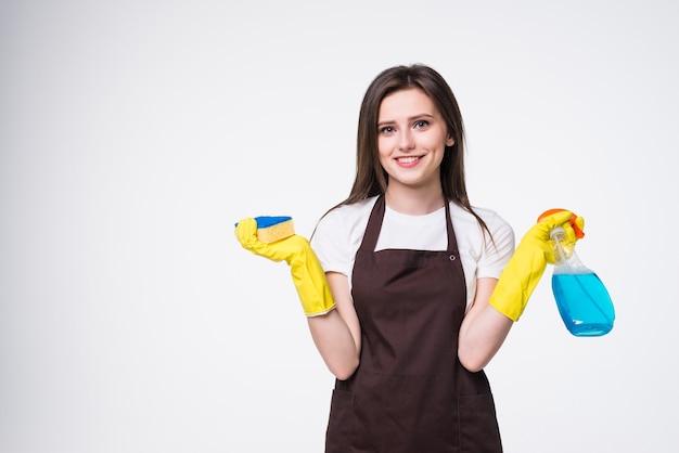 Jeune femme, tenue, éponge, et, produit nettoyant