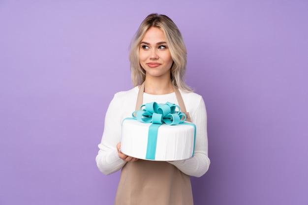 Jeune, femme, tenue, gâteau