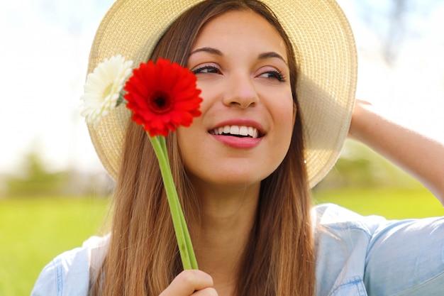 Jeune femme, tenue, gerbera, fleurs