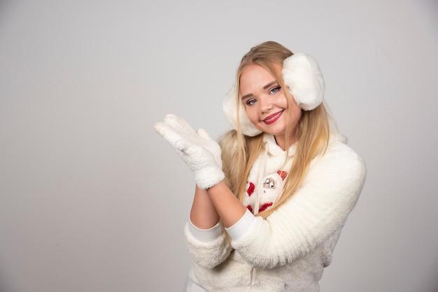 Jeune femme en tenue d'hiver à la recherche de paix.