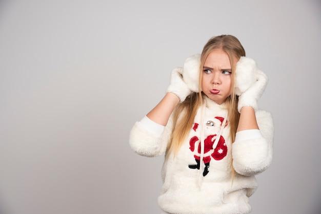 Jeune femme en tenue d'hiver se sentant triste.