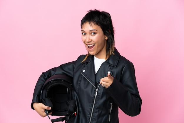 Jeune, femme, tenue, moto, casque, rose, mur, pointage, doigt