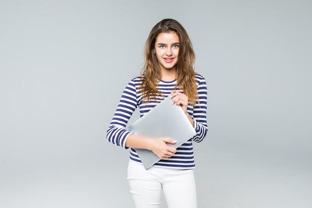 Jeune, femme, tenue, ordinateur portable, blanc, fond