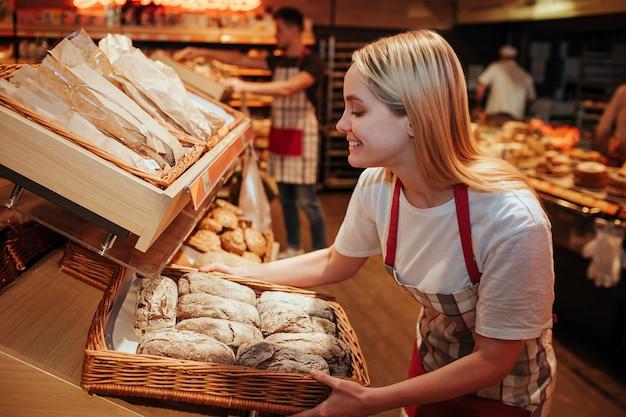 Jeune femme, tenue, panier, à, pain frais, dans, épicerie