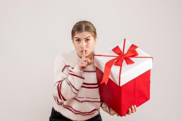 Jeune femme, tenue, présent, dans, boîte, blanc