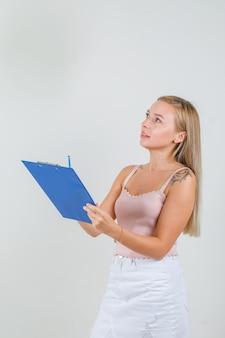 Jeune femme, tenue, presse-papiers, et, crayon, dans, singulet