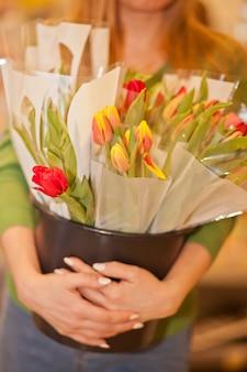 Jeune, femme, tenue, seau, frais, fleurir, tulipes