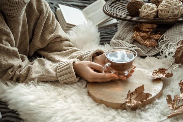 Jeune femme, tenue, a, tasse thé