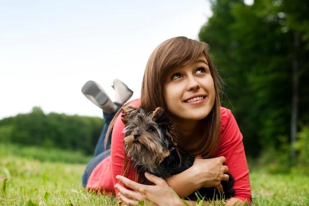 Jeune femme, tenue, yorkshire terrier