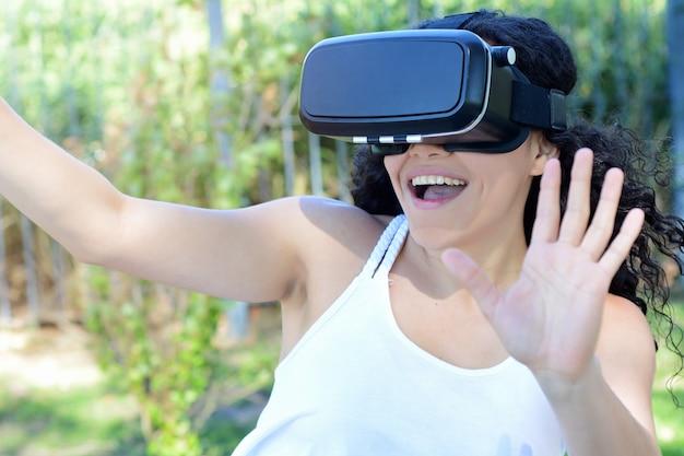 Jeune femme teste des lunettes de réalité virtuelle.