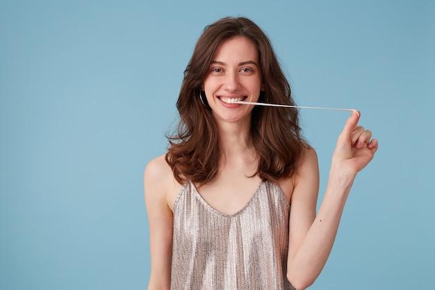 Jeune femme tirant la gomme de sa bouche