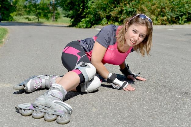 Jeune femme tombée sur des patins
