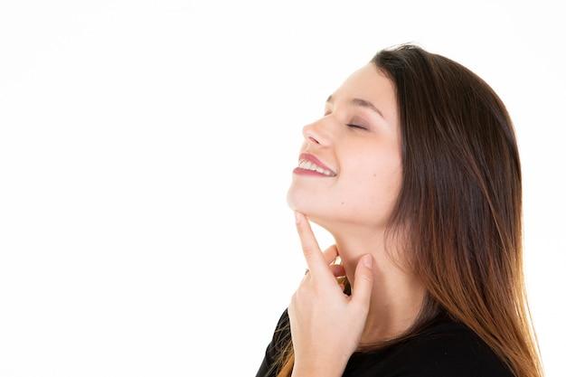 Jeune femme touche son cou profil femme portrait fond blanc