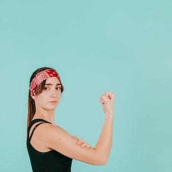 Jeune femme, toucher, biceps