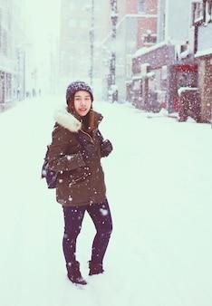 Jeune femme de tourisme asiatique en hiver, sapporo - japon.