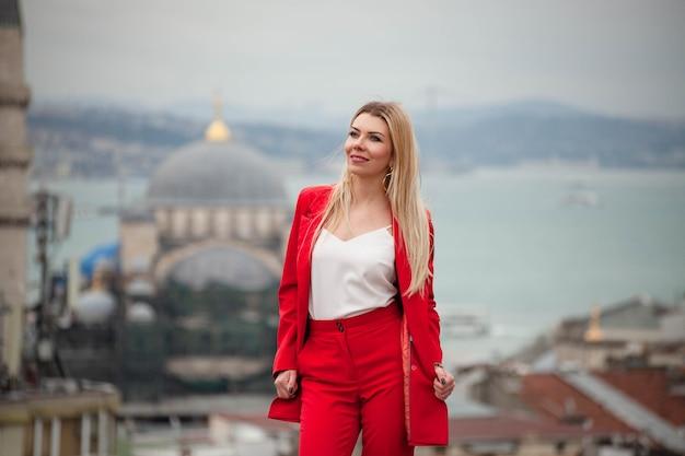 Jeune femme touristique restant sur le toit à istanbul avec mosquée derrière