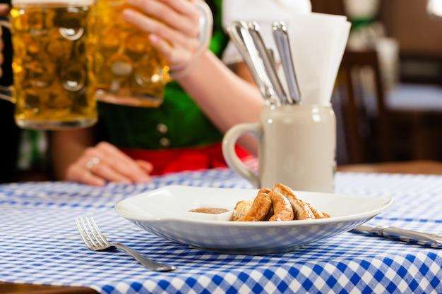 Jeune femme, traditionnel, bavarois, tracht, restaurant, pub