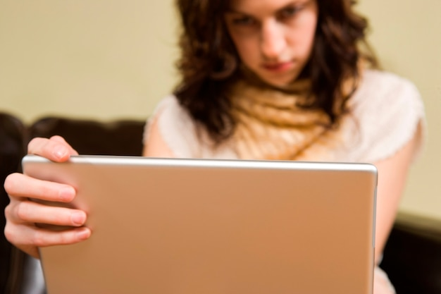 Jeune femme en train d'éclater à l'ordinateur