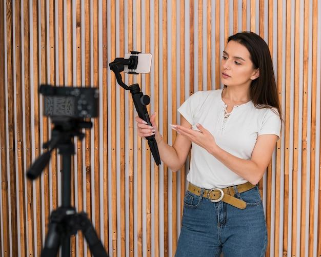 Jeune femme en train d'enregistrer une vidéo
