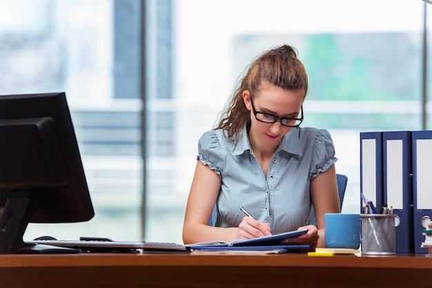 Jeune femme travaillant au bureau