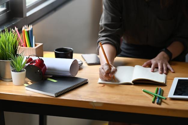 Jeune femme travaillant avec un crayon