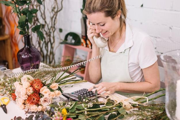 Jeune femme travaillant dans le fleuriste