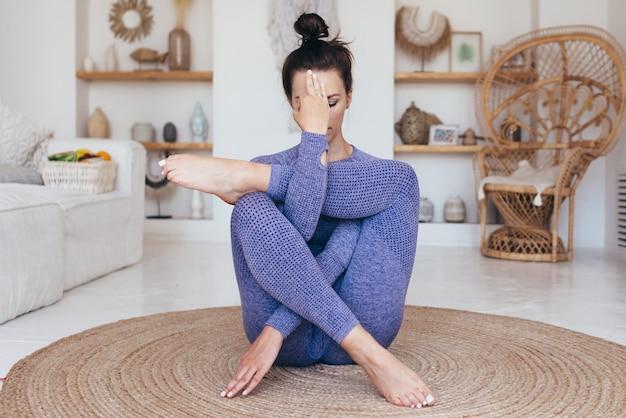 Jeune femme travaillant à la maison. la fille pratique le yoga.