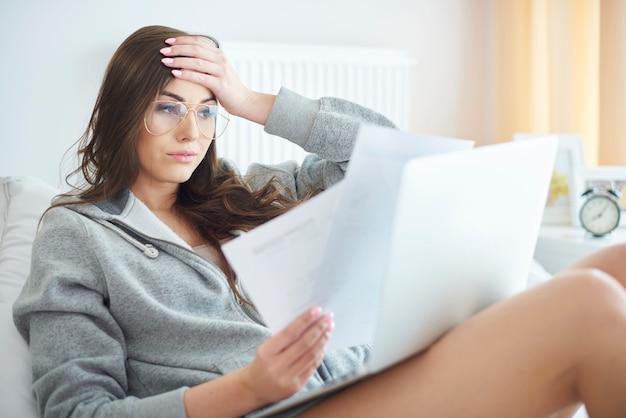 Jeune femme travaillant à la maison