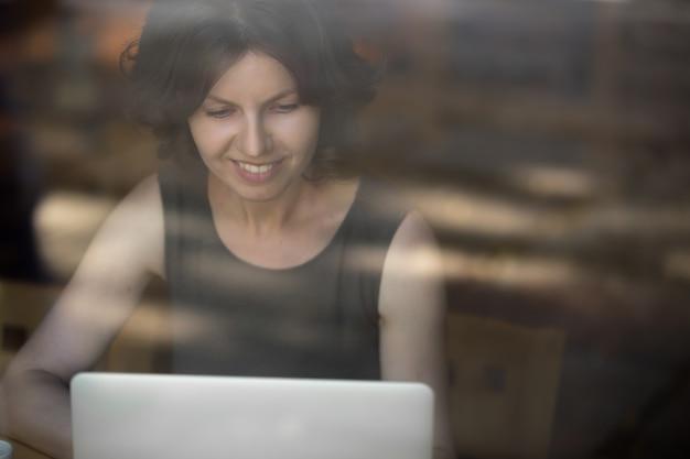 Jeune femme travaillant sur ordinateur portable