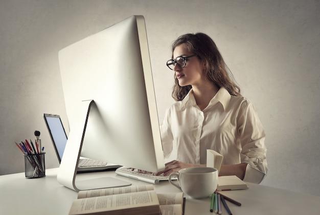 Jeune femme travaillant sur un ordinateur