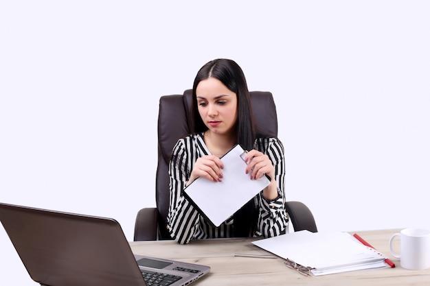 Jeune femme travaillant avec l'ordinateur