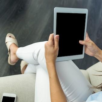 Jeune femme travaillant avec tablette