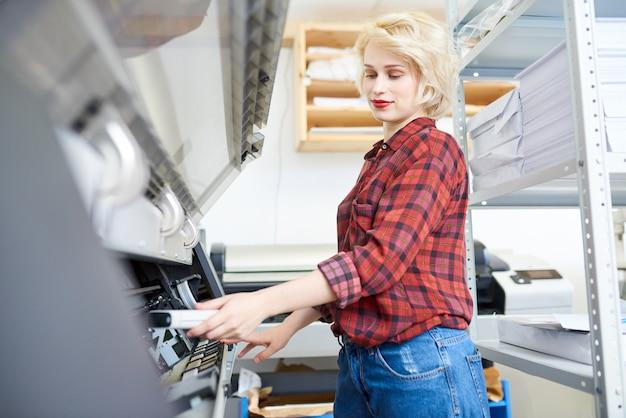 Jeune femme travaillant avec traceur