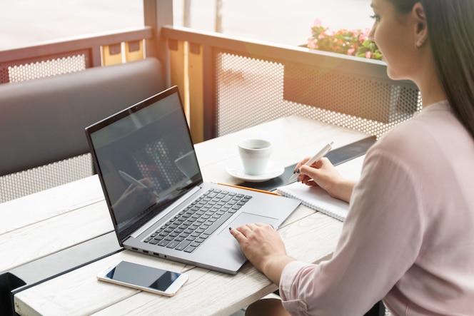 Jeune femme, travailler, ordinateur portable, et, écriture