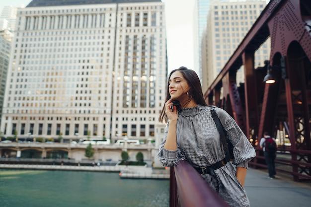 Jeune femme traversant le pont dans la ville
