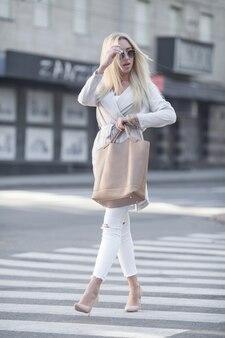 Jeune femme, traverser, a, rue, dans ville, sur, ensoleillé, jour été