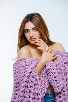Jeune femme en tricot à la charmante
