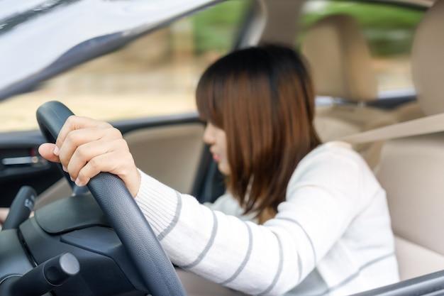 Jeune femme, trouver, quelque chose, dans, tiroir, devant, de, voiture, négligence, quoique, conduire, -, accide