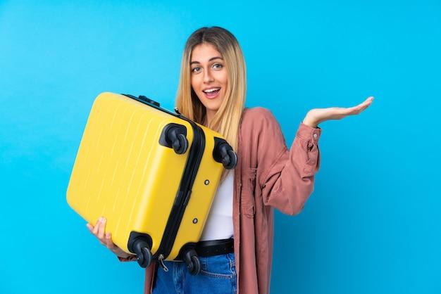 Jeune femme uruguayenne en vacances avec valise de voyage